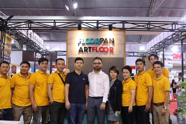 Đại diện nhà máy Kastamonu (áo trắng) trong buổi tham quan Floordi.