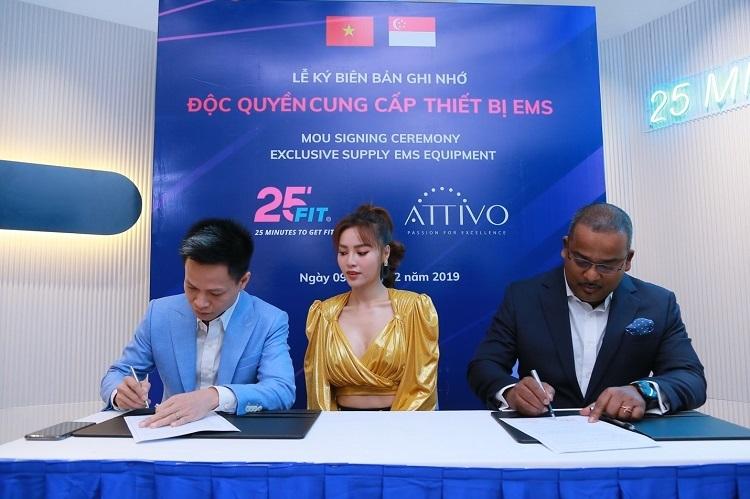 Đại diện 25 FIT (trái) trong buổi ký kết hợp đồng mua 30 máy tập EMS trị giá hơn 1 triệu USD.