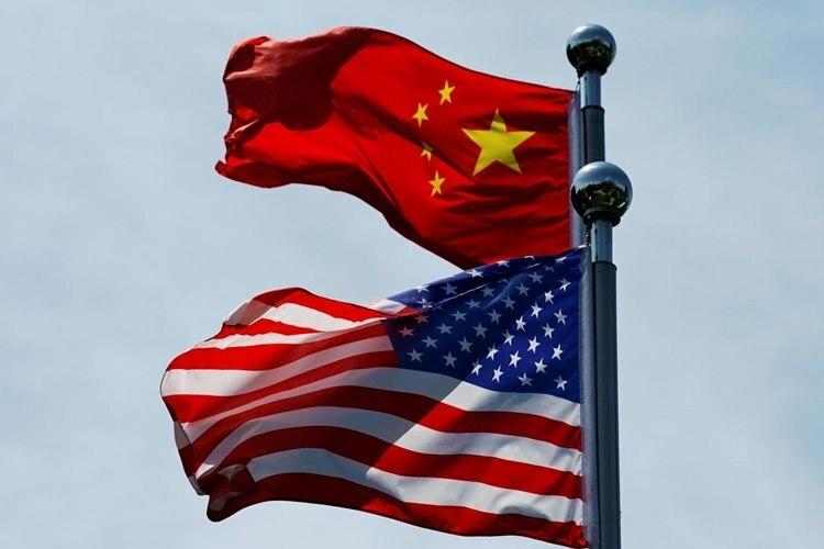 Cờ Mỹ và Trung Quốc tại Thượng Hải, trước cuộc đàm phán cuối tháng 7. Ảnh: Reuters