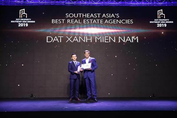 Đại diện Đất xanh Miền Nam (trái) nhận giải thưởng tại lễ trao giải Dot Property Southeast Asia Award.