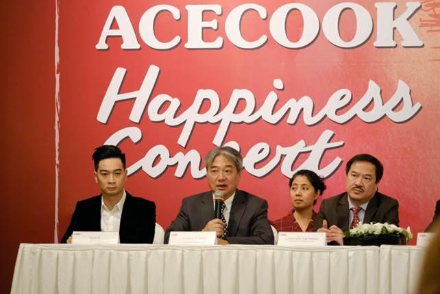 Nhạc trưởng nổi tiếng người Nhật Honna Tetsuji (ngồi giữa) đang giới thiệu về chương trình Acecook Happiness Concert 2020.