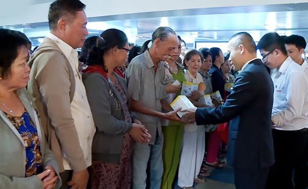 CEO Lê Trường Mạnh trao tặng máy đo huyết áp.