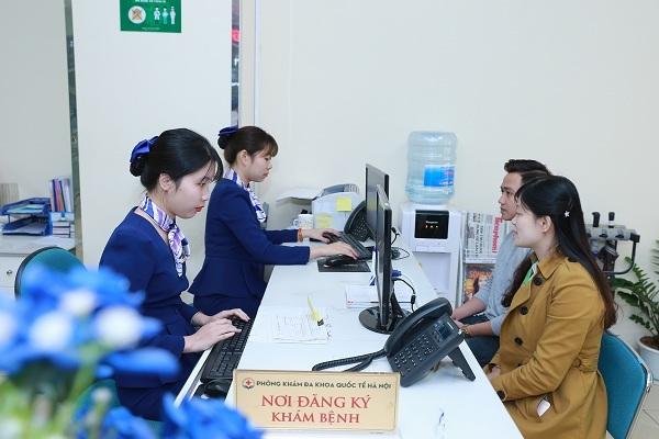 Các bệnh nhân đăng ký khám tại phòng khám.
