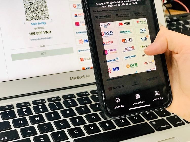 Khách hàng thanh toán bằng QR Pay trên ứng dụng di động của ngân hàng. Ảnh: Quỳnh Trang.