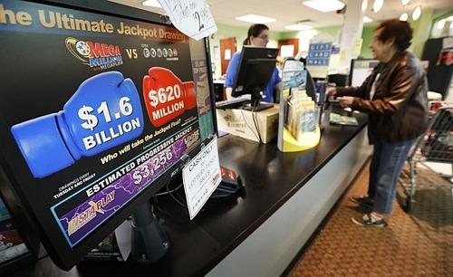 Một khách hàng mua vé số Mega Millions tạiDes Moines, Iowa vào tháng 10/2018 khi giải này có giá cộng dồn đến 1,6 tỷ USD. Ảnh: AP
