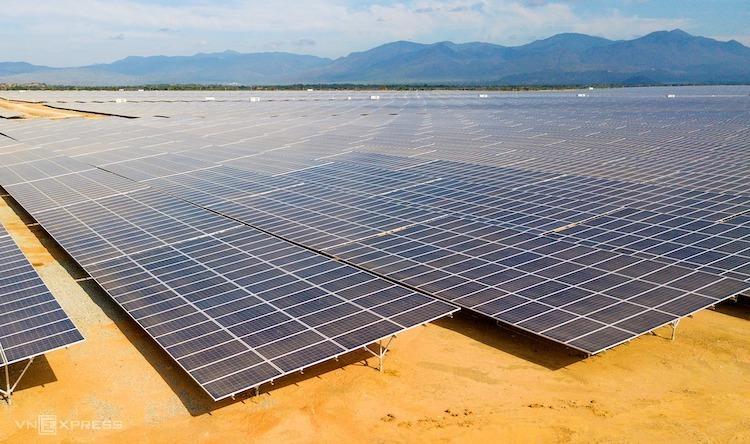 Một cánh đồng điện mặt trời tại Ninh Thuận được chủ đầu tư kịp đưa vào vận hành thương mại trước 30/6. Ảnh: Quỳnh Trần.