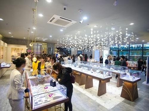 PNJ Next đầu tiên tại khu vực miền Bắc thu hút đông đảo khách đến trải nghiệm, mua sắm.