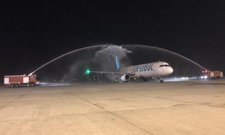 Nghi thưc phun vòi rồng chuyến bay đầu tiên từ Seoul đến Nội Bài của hãng Air Seoul.