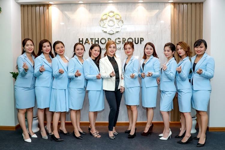 CEO Nguyễn Thị Ánh (áo trắng) cùng các nhân viên Hathor Group.