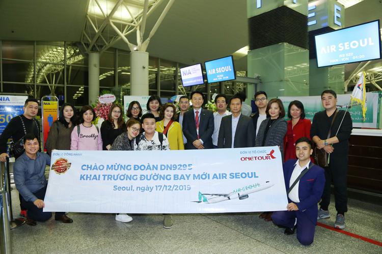 [Caption]Đoàn khách trên chuyến bay đầu tiên của Air Seoul từ Hà Nội - Seoul rạng sáng 17/12. Ảnh: Quang Thái