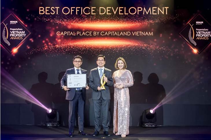 Đại diện CapitaLand nhận giải thưởng Dự án văn phòng tốt nhất cho dự án Capital Place tại Hà Nội.