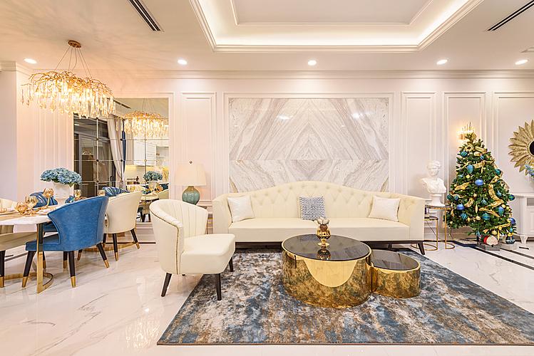 Nhà mẫu Verosa Park mang thiết kế nổi bật toát lên sự sang trọng và cao cấp với gương soi góc rộng, đèn chùm hoa lệ. Sàn tầng một, mặt ngoài cửa tầng một, bàn ăn, kệ bếp ốp đá travertine và marble tự nhiên - vật liệu tượng trưng cho vẻ đẹp vĩnh cửu.