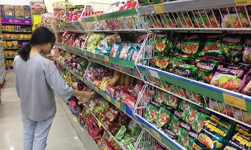 Khách mua hàng tại một siêu thị VinMartở Hà Nội. Ảnh: Anh Tú