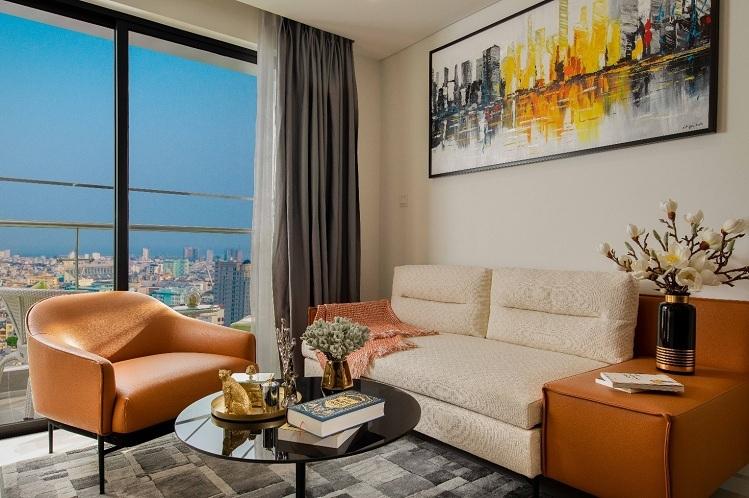Mỗi không gian trong căn hộ Premier Sky Residences đều có tầm nhìn hướng biển hoặc cảnh toàn thành phố. Cửa kính lắp đặt trong căn hộ là loại kính 2 lớp, kèm nhôm Huyndai và sơn chống ăn mòn muối biển giúp đảm bảo độ bền và an toàn tối đa cho căn hộ.