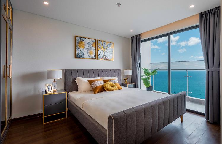 Mỗi phòng ngủ trong căn hộ đều có tầm nhìn đa chiều, thu trọn cảnh sắc thiên nhiên tươi xanh, trong lành. Thức giấc đón bình minh hay đắm mình trong cảnh hoàng hôn bên biển Mỹ Khê, lắng nghe từng cơn gió khơi ngọt lành, đây chính là trải nghiệm sống đỉnh cao chỉ dành riêng cho những chủ nhân tại Premier Sky Residences.