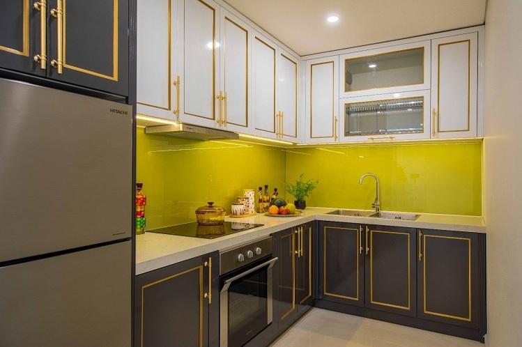 Căn bếp được ví như trái tim của ngôi nhà. Đó là nơi yêu thương được lan tỏa và đong đầy qua những bữa cơm gia đình. Hiểu được tâm tư đó, mọi thiết bị bếp đều được chủ đầu tư Minh Đông lựa chọn từ thương hiệu Bosch và Hafele danh tiếng của Đức với chất liệu thép và crome cao cấp. Đặc biệt, bếp từ 3 vùng nấu của Bosch hoạt động trên nguyên lý làm nóng bằng sóng điện từ, trong quá trình hoạt động bếp không thải khí độc, không làm nóng không gian bếp, đảm bảo an toàn cho người dùng và sự thoáng mát, sạch sẽ cho căn bếp.