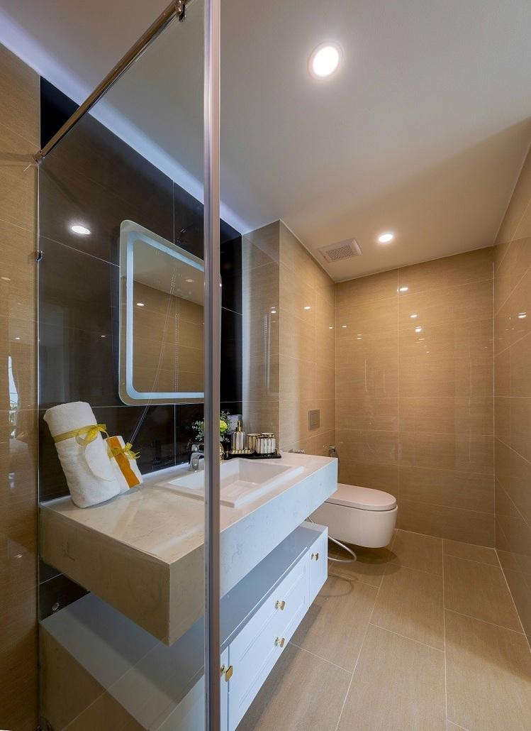 Phòng tắm trong căn hộ cũng được lắp đặt những thiết bị nhập khẩu cao cấp của các thương hiệu nổi tiếng thế giới như: Axent của Thụy Sĩ, Hafele và Hansgrohe của Đức. Chất liệu sứ tráng men tạo nên tổng thể nội thất sang trọng và hài hòa, mang lại trải nghiệm sống hoàn hảo đến từng chi tiết.