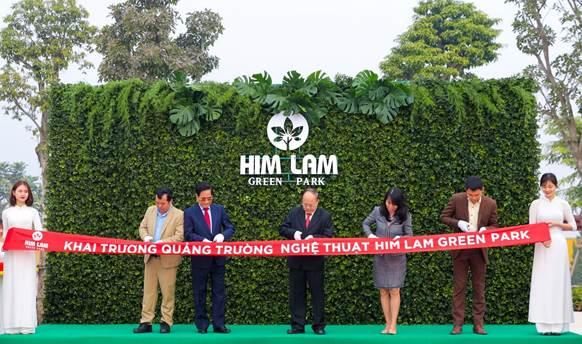 Đại diện chủ đầu tư cùng các đối tác thực hiện nghi thức khai trương quảng trường nghệ thuật trong Him Lam Green Park.