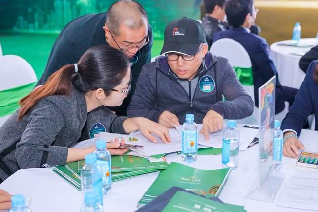 Khách hàng tìm hiểu thông tin về dự án.