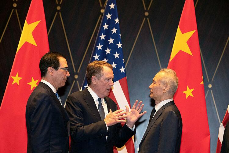 Bộ trưởng Tài chính Mỹ Steven Mnuchin (trái), Đại diện Thương mại Mỹ Robert Lighthizer và Phó thủ tướng Trung Quốc Lưu Hạc. Ảnh: NYT