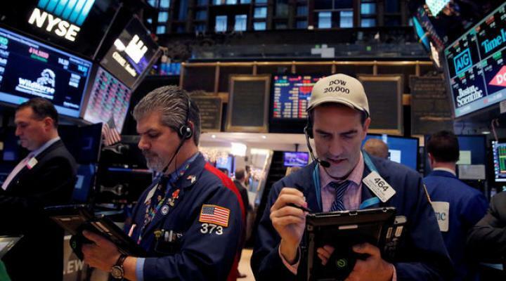 Nhân viên giao dịch trên sàn chứng khoán Mỹ. Ảnh: Reuters