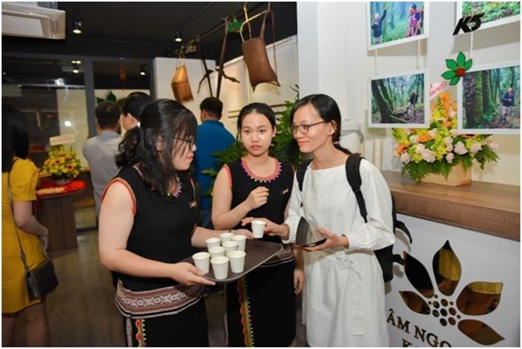 Khách hàng dùng thử sản phẩm Sâm Ngọc Linh Kon Tum trong ngày khai trương.