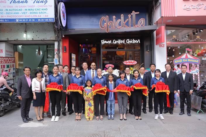 Ông Montri Suwanposri - Tổng giám đốc CP Việt Nam (thứ năm từ trái sang) cùng ban lãnh đạo và các đối tác chụp ảnh khai trương nhà hàng