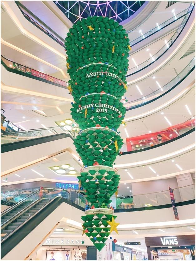 Cây thông được làm từ nón, úp ngược độc đáo tại Vạn Hạnh Mall.