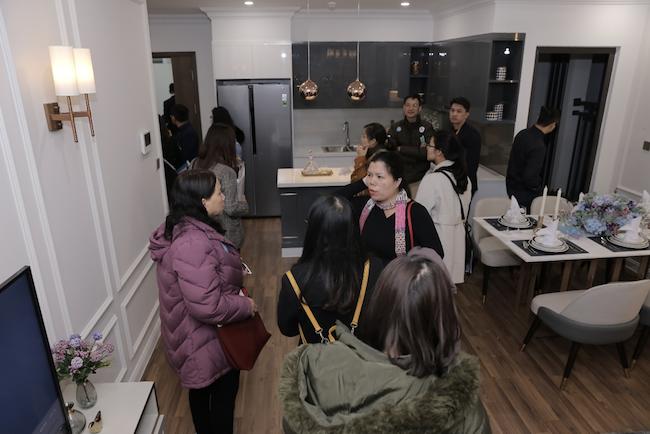 Khách hàng bị thuyết phục khi tham quan và trải nghiệm các căn hộ mẫu tại dự án