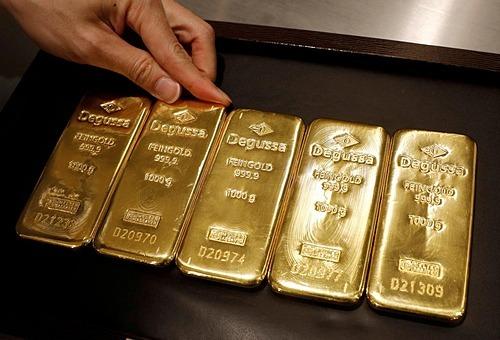Kinh doanh vàng tại cửa hàng Degussa,Singapore. Ảnh: Reuters