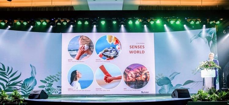 Kiến trúc sư Kevin Chan từ công ty Surbana Jurong chia sẻ, quần thể được thiết kế như một thế giới nghỉ dưỡng hội tụ đầy đủ khách sạn, khu nghỉ dưỡng, biệt thự, căn hộ, nhà phố, công viên, câu lạc bộ du thuyền, nhà hàng... Mỗi hạng mục đều được thiết kế độc đáo và vận hành bởi những nhà quản lý danh tiếng thế giới. LAlyana Senses World hứa hẹn là kết tinh của những tiện ích nghỉ dưỡng đỉnh cao kết hợp với giải trí và chăm sóc sức khoẻ, nơi du khách có thể tận hưởng không gian như tại thiên đường nghỉ dưỡng Santorini (Hy Lạp) hay những khu du lịch sang trọng dưới rừng nhiệt đới tại Bali (Indonesia).