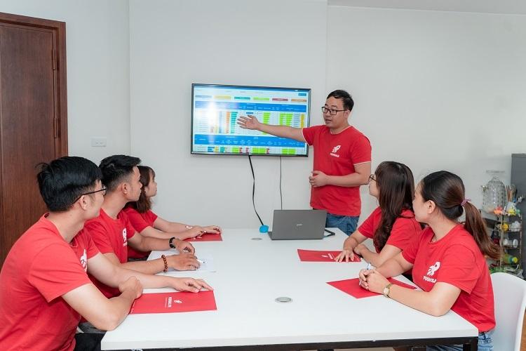 Đỗ Thắng (đứng) sáng lập Pushsale.vn với mục tiêu tạo ra nền tảng số hoá cho doanh nghiệp Việt.