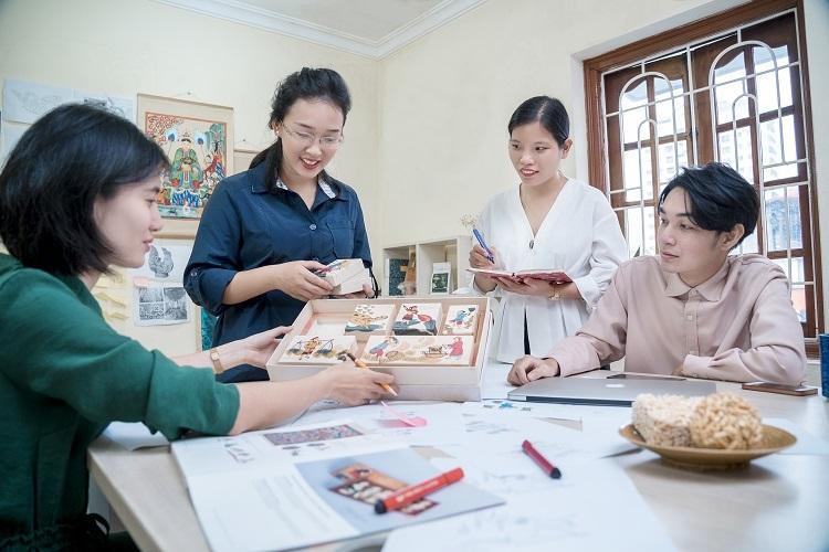 Trịnh Thu Trang(thứ hai từ trái sang) và cộng sự tạo ranhững thiết kế hiện đại lấy cảm hứng từ mỹ thuật dân gian.