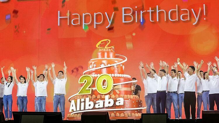 Jack Ma và nhân viên Alibaba trong tiệc sinh nhật công ty hồi tháng 9. Ảnh: Reuters