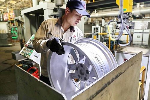 Công nhân làm việc tại một nhà máy ở Trung Quốc. Ảnh: AP