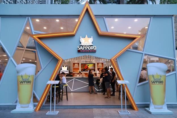 Điểm khác biệt nổi bật tại đây là thiết kế ấn tượng, sang trọng và hiện đại, theo đúng tinh thần Tận hưởng từng khoảnh khắc mà Sapporo theo đuổi trong mọi yếu tố, từ không gian, cách bài trí, cách phục vụ, đến bia và thức ăn.