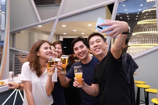 Đây còn điểm check-in mới của giới trẻ với trải nghiệm bia, thức ăn và khônggian nhiều cảm hứng.