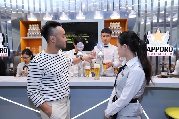 Tại đây các chuyên gia của Sapporo còn hướng dẫn thực khách cách rót bia ba bước chuẩn phong cách Nhật Bản để lưu giữ vị bia ngon. Đầu tiên phải đặt lon bia ở vị trí cao, rót mạnh vào giữa ly đến khi đầy 60% để tạo lớp bọt dày và mịn. Tiếp đến rót chậm đến khi đạt 90% và đợi cho lớp bọt trên mịn lại, lớp bọt dưới cân bằng. Cuối cùng ghé lon vào sát mép ly và rót thật chậm đến khi bọt nổi trên vành ly, lượng bia và bọt đạt tỷ lệ 7:3 là chuẩn.