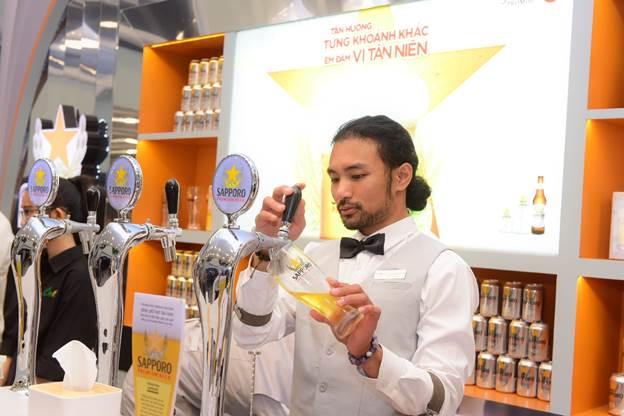 Sapporo Premium Bar chỉ phục vụ một loại bia duy nhất là Sapporo Premium Beer có vị êm đằm đặc trưng, sản xuất qua 8 bước. Nguyên liệu sản xuất được sàng lọc và kiểm định nghiêm ngặt. Lúa mạch, hoa bia và nguồn nước sử dụng đảm bảo đạt yêu cầu về chất lượng. Các nguyên liệu sau đó xử lý qua hệ thống công nghệ của Nhật Bản, giúp mang đến hương vị nhất quán trong từng lon bia. Bao bì và dịch vụ cải tiến liên tục, tạo nên chất lượng và thương hiệu của dòng bia đến từ xứ sở mặt trời mọc.