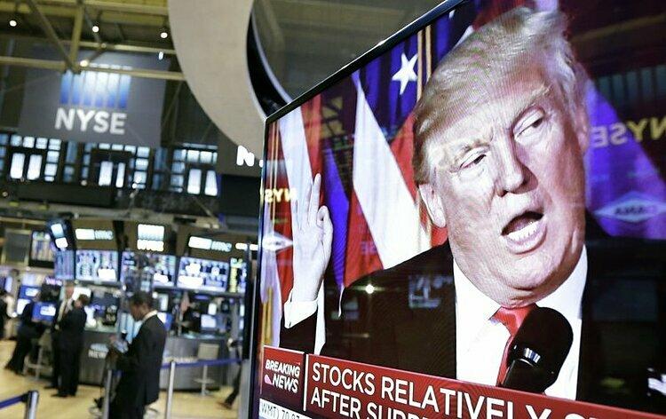 Hình ảnh Tổng thống Mỹ Donald Trump trên màn hình TV tại Sàn chứng khoán New York. Ảnh: AP