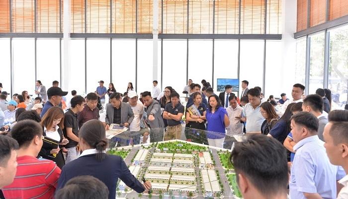 Hàng trăm khách hàng đến tham dự lễ khai trương Sale Gallery Icon Central.
