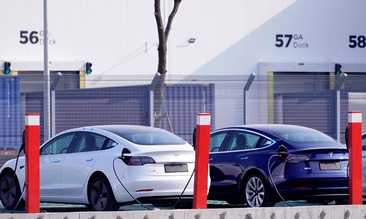 Hai chiếc Model 3 trước nhà máy Tesla tại Thượng Hải. Ảnh: Reuters