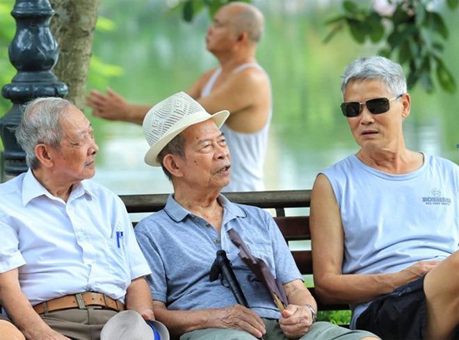 Người già thư giãn tại Hồ Gươm, Hà Nội. Ảnh: Giang Huy.