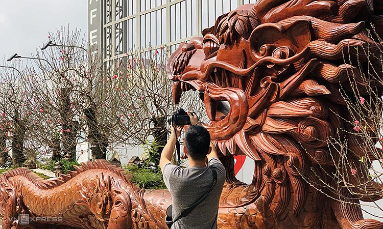 5 cây trong chậu là đào cổ Phú Thượng, Nhật Tân. Ảnh: Anh Tú