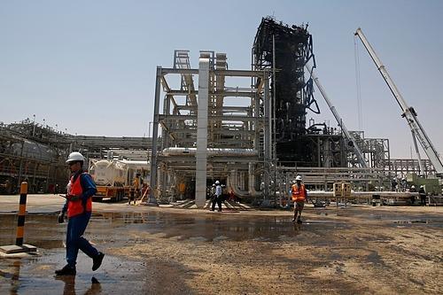 Nhà máy dầu tại Khurais, Saudi Arabia sau vụ tấn công ngày 14/9/2019. Ảnh: AP