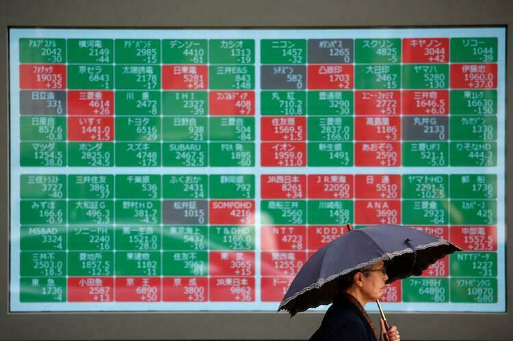 Bảng điện tử bênngoài một công ty chứng khoán ở Nhật Bản. Ảnh:Reuters