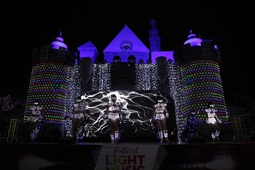 Cuồng nhiệt cùng Đêm hội Lighting Carnival Về đêm trong 3 ngày chính hội, du khách sẽ có những khoảng thời gian vui chơi trọn vẹn cùng bữa tiệc âm thanh - ánh sáng cuồng nhiệt kéo dài đến 20h của đêm hội Lighting Carnival với sự tham gia của các tiết mục nghệ thuật được đầu tư công phu, hoành tráng, độc lạ