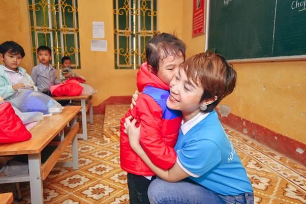 CEO Hathor Group Nguyễn Thị Ánh tặng quà các em nhỏ.