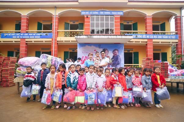Các em nhỏ tại trường Tiểu học Phúc Lợi nhận quà.