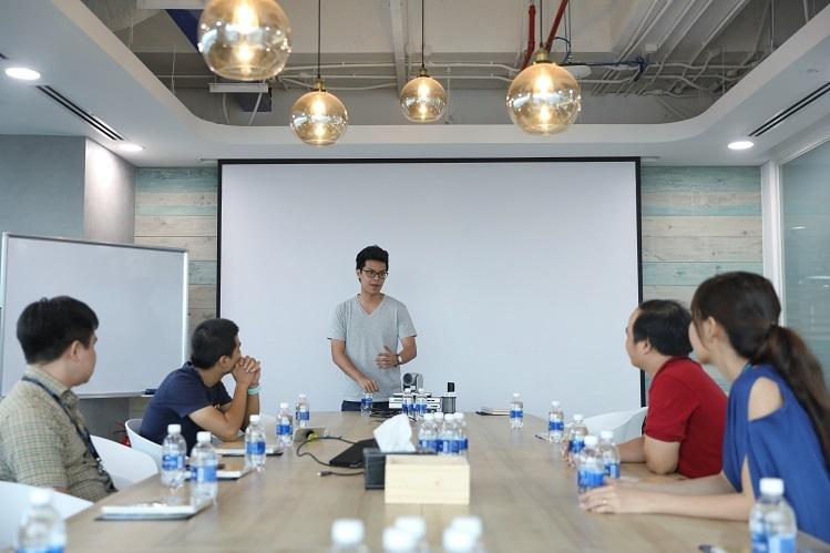 [Caption]Buổi gặp mặt thân mật của đại diện top 5 startup với ông Ngô Hoàng Gia Khánh tại văn phòng Tiki ngày 17/12. Ảnh: Hữu Khoa.